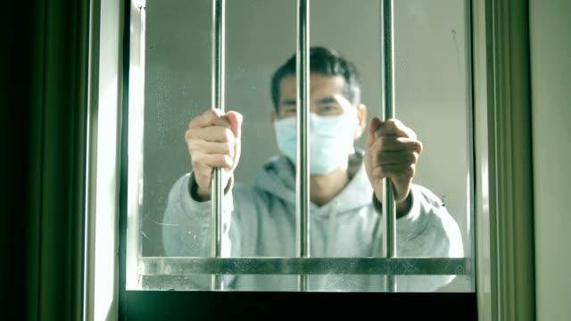 mano dell'uomo che afferra le barre d'acciaio indossando la maschera - divisione video stock e b–roll