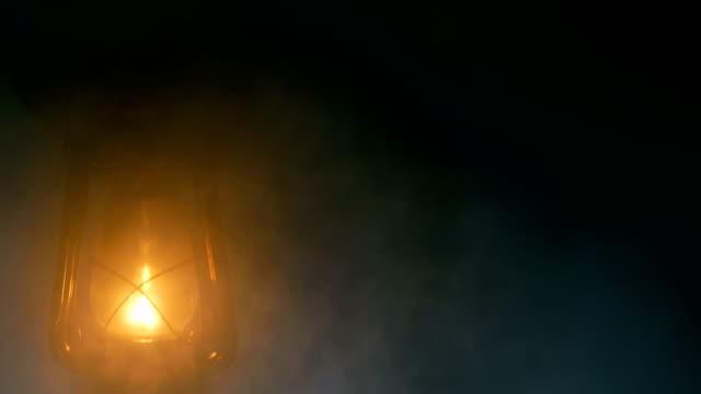 vidéos et rushes de main d'homme tenant une lampe à pétrole dans la nuit - kérosène