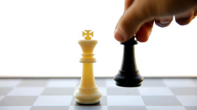 Man hand flytta kungen i ett schackspel