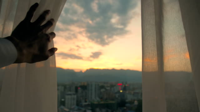 vídeos de stock e filmes b-roll de man hand open curtain - janela aberta