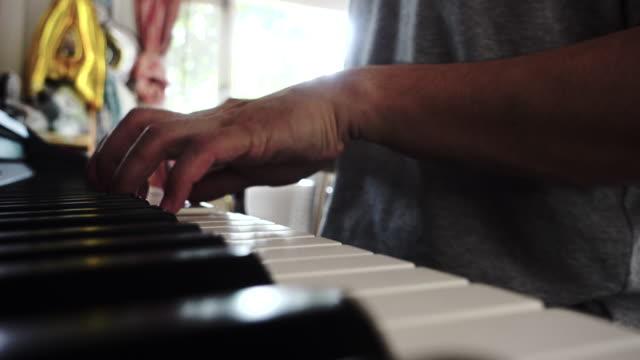hand des menschen zahlen klavier im haus - akkord stock-videos und b-roll-filmmaterial