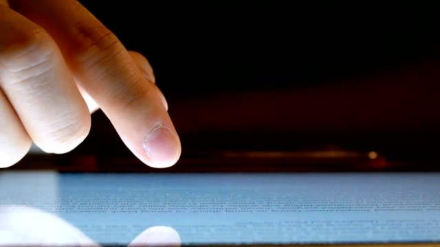hand des mannes mit digitalen tablettcomputer - nahaufnahme - finger stock-videos und b-roll-filmmaterial