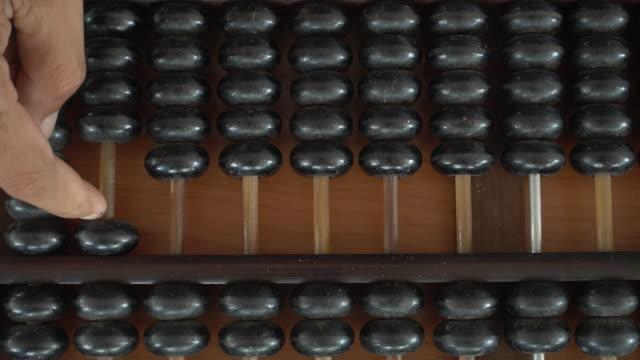 vídeos de stock e filmes b-roll de homem mãos estão a funcionar ábaco - teclado numérico