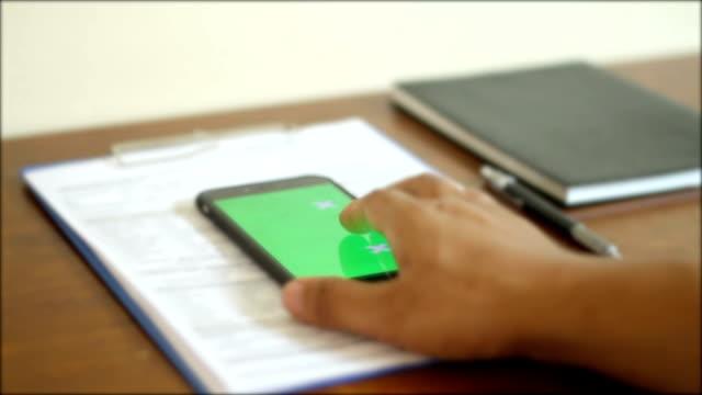 Mann Hände berühren und zu scrollen, smartphone, green-screen