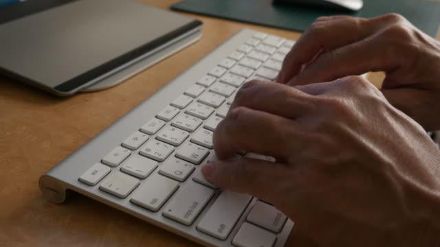 mannen händerna type datorns tangentbord - människofinger bildbanksvideor och videomaterial från bakom kulisserna