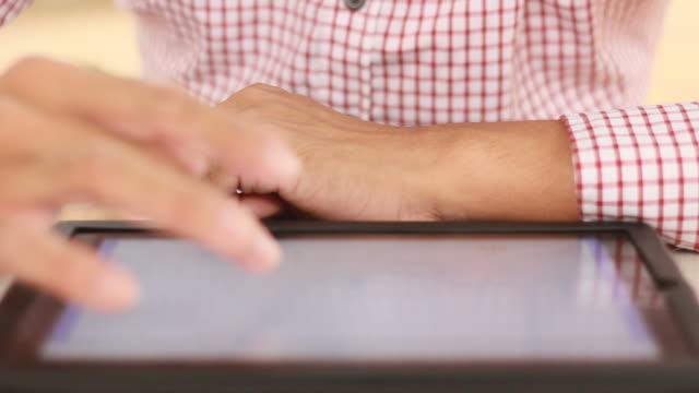 vidéos et rushes de homme mains avec tablette numérique - pushing