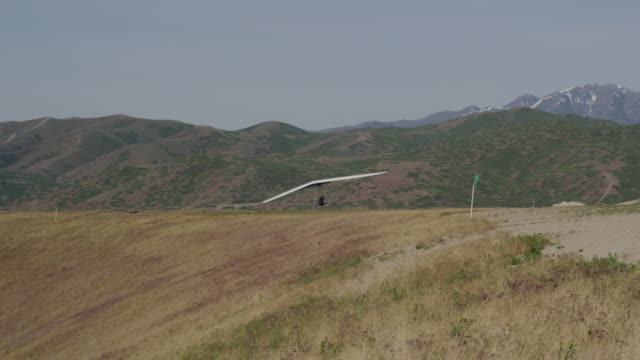 ws pan pov man hang gliding / lehi, utah, usa. - hang gliding stock videos and b-roll footage
