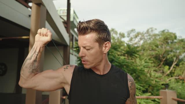 vídeos de stock e filmes b-roll de man has an outdoor training - one mid adult man only