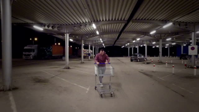 Mann habend Spaß mit Einkaufen Warenkorb