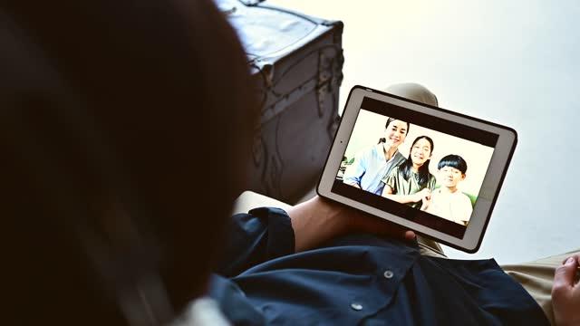 一個男人在家裡玩視頻聊天 - 合成膠片 個影片檔及 b 捲影像
