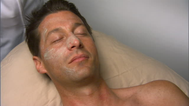 vidéos et rushes de cu, zi, man having anti-oxidant and anti-aging mask - antioxydant
