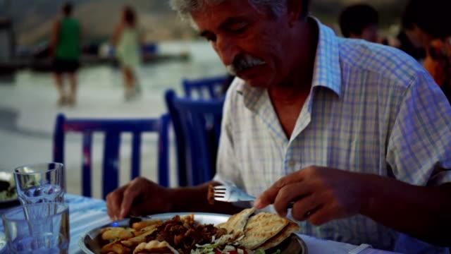 Mann mit Abendessen im restaurant