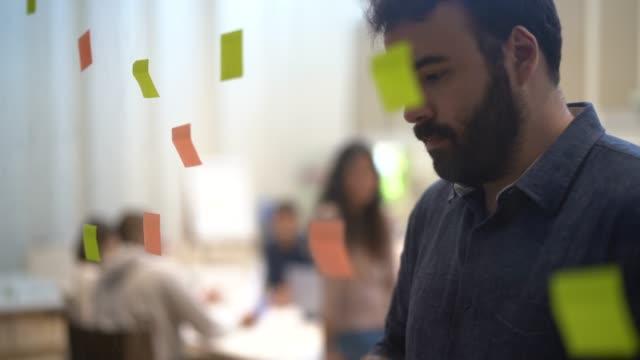 man having ideas at modern office - pardo brazilian stock videos & royalty-free footage
