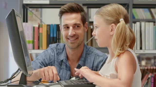 ds 男性女の子をサポートし、コンピューターのライブラリー - 公共図書館点の映像素材/bロール