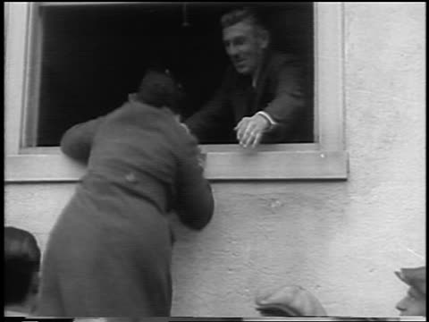 vidéos et rushes de b/w 1935 man helping woman climb into window of courthouse / lindbergh kidnapping / flemington nj - 1935