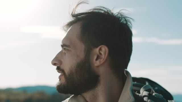 vídeos de stock, filmes e b-roll de caminhante do homem no topo da montanha olhando na distância - horizonte