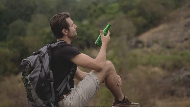 mann wanderer auf dem gipfel des berges. - ganz oben stock-videos und b-roll-filmmaterial