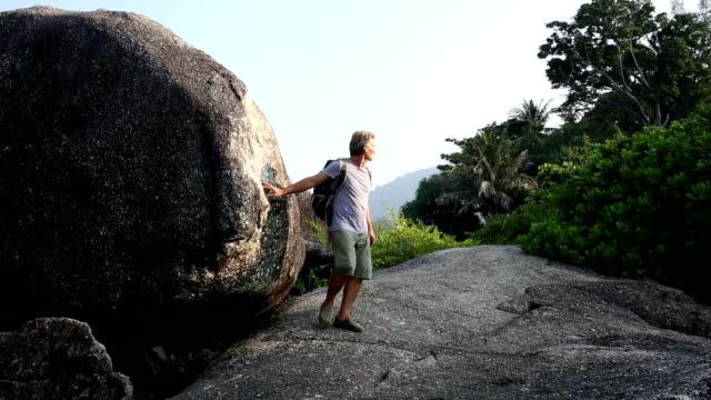 Mann Wanderungen zwischen Boulder und Blick auf den Dschungel