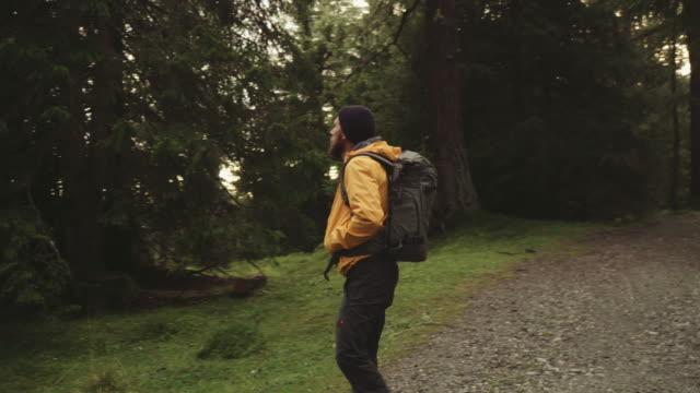Hombre practicar senderismo y explorar la zona de bosque
