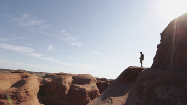 stockvideo's en b-roll-footage met wandelen in het arches national park man: delicate arch - moab utah