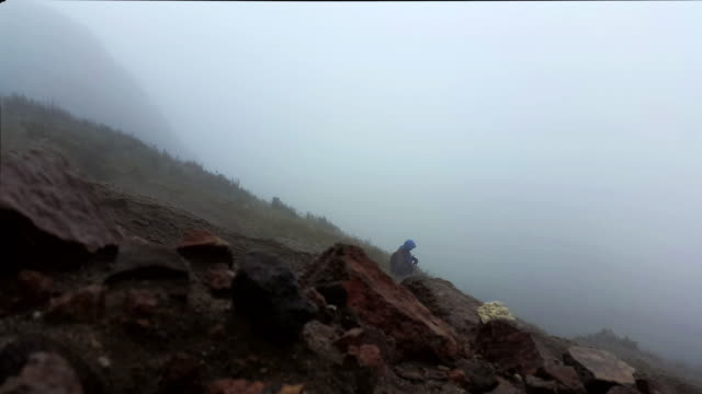 Hombre Caminatas en la montaña pichincha en quito, ecuador, con niebla y nubes y lluvia