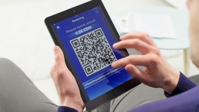拿著數位平板電腦接收加密貨幣的人 - 僅一男人 個影片檔及 b 捲影像