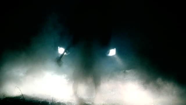 vídeos y material grabado en eventos de stock de hombre con hacha de pie delante de coche - persecución conceptos