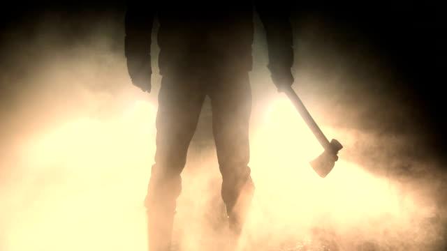 vídeos de stock, filmes e b-roll de homem segurando o machado em pé na frente do carro - assustador