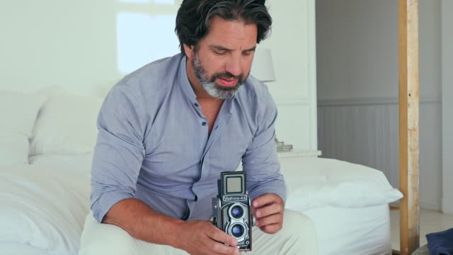 man holding camera - 35 39 jahre stock-videos und b-roll-filmmaterial