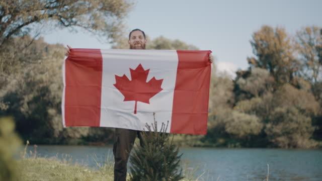 カナダ国旗を持つ男! - 地理的地域 国点の映像素材/bロール