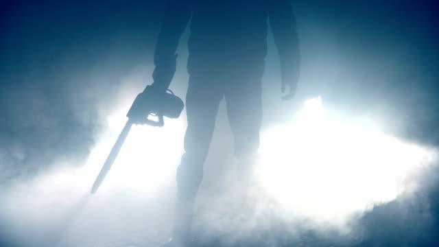 夜の男持株チェーンソー - 殺人者点の映像素材/bロール