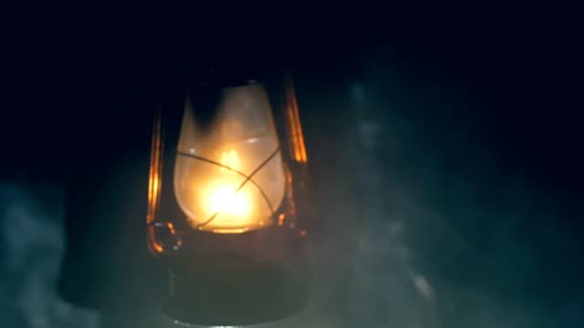 暗い夜に灯油ランプを保持している男 - 電灯点の映像素材/bロール