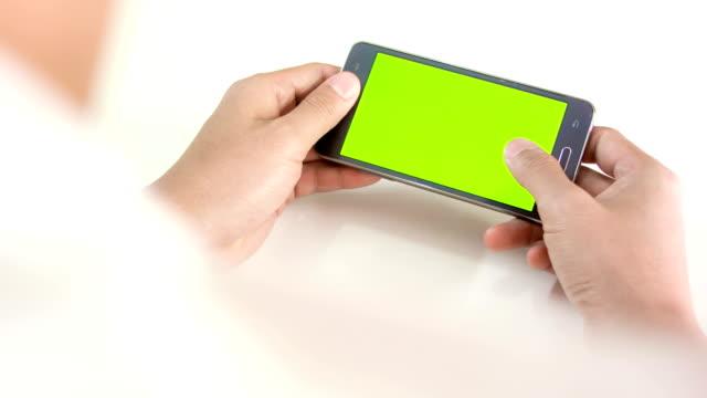 vídeos de stock, filmes e b-roll de homem segurando o celular smartphone. - loja de produtos eletrônicos