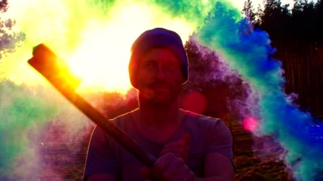 vídeos de stock, filmes e b-roll de homem bomba de fumaça de exploração. fumaça colorida - técnica de imagem grunge