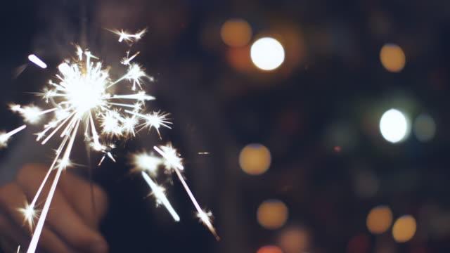 クリスマスに線香花火を抱きかかえた - 部分点の映像素材/bロール
