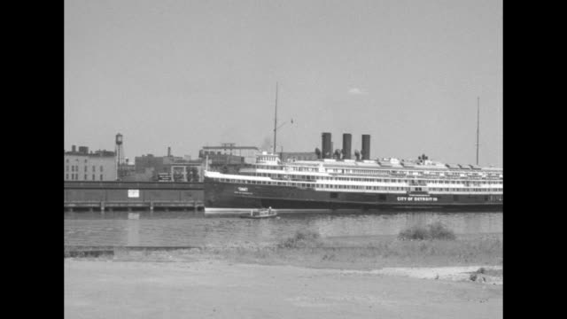 vídeos y material grabado en eventos de stock de buffalo waterfront / the city skyline on the buffalo river with a large ship with three smokestacks / sidewheel steamer the city detroit iii with... - c119gs