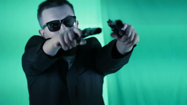 Uomo che tiene le due pistols