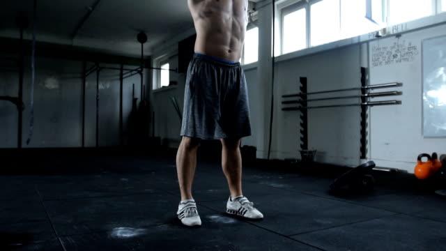 vidéos et rushes de poids de portefeuille homme - seulement des jeunes hommes
