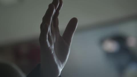 vidéos et rushes de man holds hand up in air, close up - prier