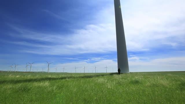 vídeos y material grabado en eventos de stock de hombre abrazos una turbina de viento - empresa de carácter social