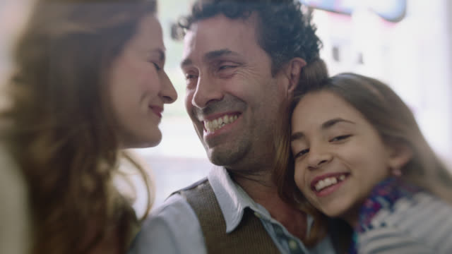 vídeos y material grabado en eventos de stock de ms slo mo. man hugs wife and daughter in family owned coffee shop. - 50 54 años