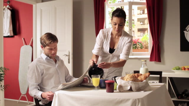 vídeos de stock e filmes b-roll de ms td man ignoring girlfriend at breakfast table / berlin, germany - chaleira de chá