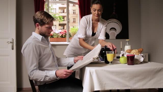 vídeos de stock e filmes b-roll de ms man ignoring his girlfriend at breakfast table / berlin, germany - chaleira de chá