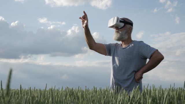 mann in 3d brille vorstellen, arbeiten in der virtuellen realität - vollbart stock-videos und b-roll-filmmaterial