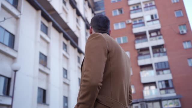 uomo in abbigliamento formale guardando il grattacielo - fashionable video stock e b–roll