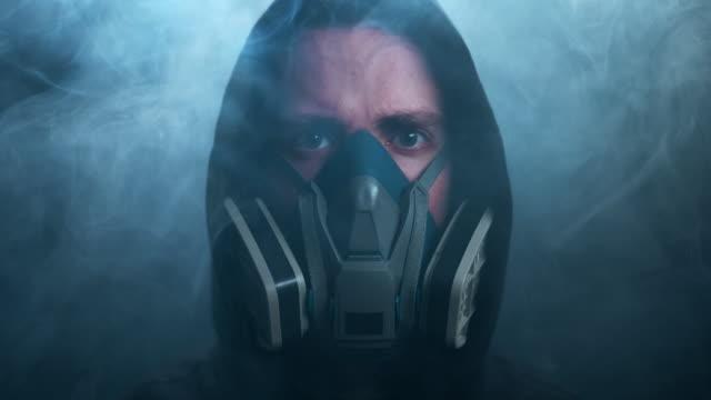 vídeos y material grabado en eventos de stock de un hombre con una máscara protectora - europa