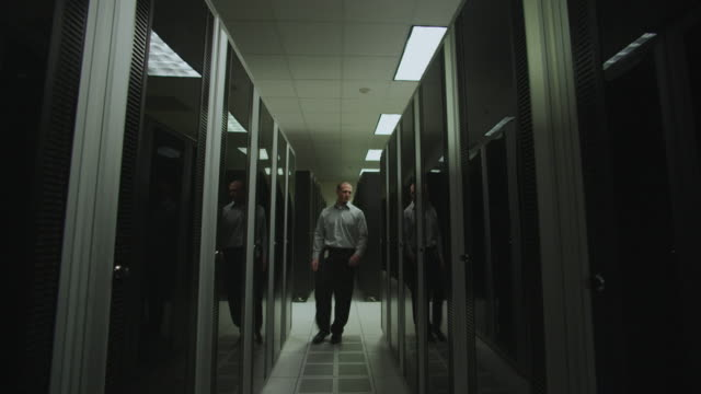 stockvideo's en b-roll-footage met man in a server room - netwerkserver