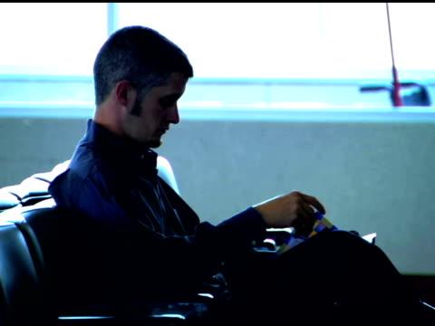 vidéos et rushes de man in airport - un seul homme d'âge moyen