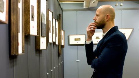 vídeos y material grabado en eventos de stock de hombre en la galería de arte - arte