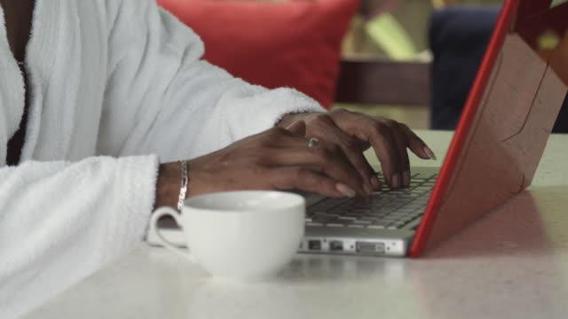 vídeos y material grabado en eventos de stock de cu td tu man in bathrobe using laptop, arnos vale, tobago, trinidad and tobago - un solo hombre de mediana edad